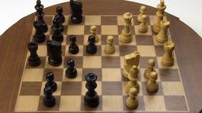 Παιχνίδι σκακιού κινήσεων στάσεων στον παλαιό μαγνητικό πίνακα απόθεμα βίντεο