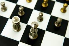 Παιχνίδι σκακιού - κομμάτια στο παιχνίδι στη σκακιέρα Στοκ Εικόνα