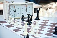 Παιχνίδι σκακιού Κλείστε επάνω των κομματιών σκακιού στον πίνακα Στοκ Εικόνα