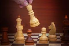 Παιχνίδι σκακιού με τα άσπρα και μαύρα κομμάτια στοκ εικόνες με δικαίωμα ελεύθερης χρήσης