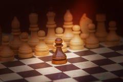 Παιχνίδι σκακιού με τα άσπρα και μαύρα κομμάτια στοκ φωτογραφία