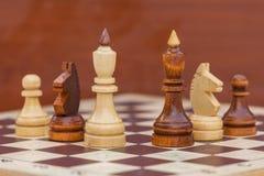 Παιχνίδι σκακιού με τα άσπρα και μαύρα κομμάτια στοκ φωτογραφίες με δικαίωμα ελεύθερης χρήσης