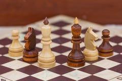 Παιχνίδι σκακιού με τα άσπρα και μαύρα κομμάτια στοκ εικόνα