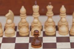 Παιχνίδι σκακιού με τα άσπρα και μαύρα κομμάτια στοκ εικόνες