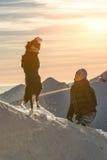 Παιχνίδι σκυλιών κόλλεϊ συνόρων στο χιόνι με την κυρία του Στοκ φωτογραφίες με δικαίωμα ελεύθερης χρήσης