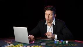 Παιχνίδι στη σε απευθείας σύνδεση χαρτοπαικτική λέσχη κλείστε επάνω φιλμ μικρού μήκους