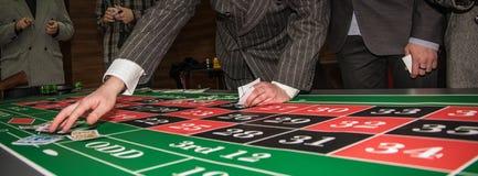 Παιχνίδι στη χαρτοπαικτική λέσχη Στοκ φωτογραφία με δικαίωμα ελεύθερης χρήσης