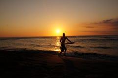 Παιχνίδι στο ηλιοβασίλεμα παραλιών νησιών συγκέντρωσης Στοκ φωτογραφίες με δικαίωμα ελεύθερης χρήσης