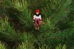 Παιχνίδι στο χριστουγεννιάτικο δέντρο Στοκ φωτογραφία με δικαίωμα ελεύθερης χρήσης