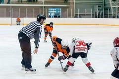 Παιχνίδι σφαιρών μεταξύ των παικτών των ομάδων πάγος-χόκεϋ στοκ εικόνες
