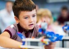 Παιχνίδι σχολικών αγοριών με το σύνολο κατασκευής Στοκ Φωτογραφία