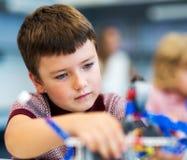 Παιχνίδι σχολικών αγοριών με το σύνολο κατασκευής Στοκ φωτογραφία με δικαίωμα ελεύθερης χρήσης