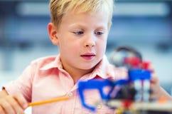 Παιχνίδι σχολικών αγοριών με το σύνολο κατασκευής Στοκ Εικόνες