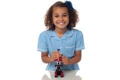Παιχνίδι σχολικών κοριτσιών με το μικροσκόπιο στοκ φωτογραφία με δικαίωμα ελεύθερης χρήσης