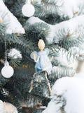 Παιχνίδι του αγγέλου ο κλαδίσκος fir-tree Στοκ φωτογραφία με δικαίωμα ελεύθερης χρήσης