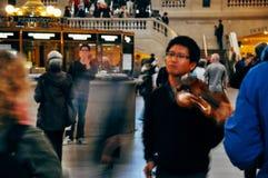 Παιχνίδι του βιολιού στο μεγάλο κεντρικό τερματικό Στοκ εικόνα με δικαίωμα ελεύθερης χρήσης