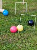 Παιχνίδι του κροκέ στον πράσινο χορτοτάπητα Στοκ Φωτογραφίες