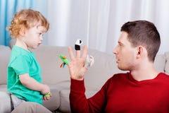 Παιχνίδι του νέου μπαμπά με το γιο του Στοκ φωτογραφία με δικαίωμα ελεύθερης χρήσης