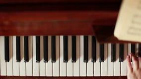 Παιχνίδι του πιάνου στην κίνηση φιλμ μικρού μήκους