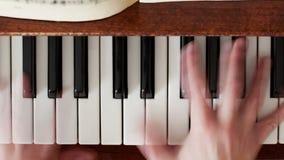 Παιχνίδι του πιάνου στη θολωμένη κίνηση φιλμ μικρού μήκους