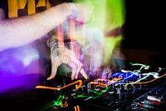 Παιχνίδι του DJ σε μια λέσχη Στοκ φωτογραφία με δικαίωμα ελεύθερης χρήσης
