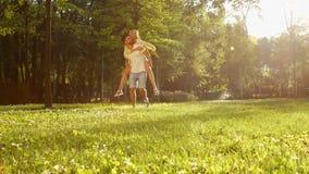 Παιχνίδι τύπων με ένα κορίτσι στο πάρκο φιλμ μικρού μήκους