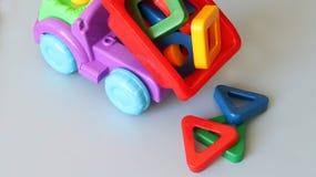 Παιχνίδι φορτηγών και χρωματισμένες μορφές Στοκ εικόνες με δικαίωμα ελεύθερης χρήσης
