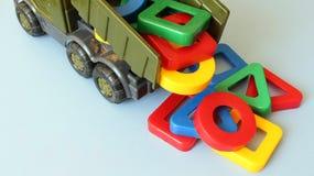Παιχνίδι φορτηγών και χρωματισμένες μορφές Στοκ φωτογραφία με δικαίωμα ελεύθερης χρήσης