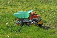 Παιχνίδι φορτηγών στο λιβάδι Στοκ Εικόνες