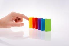 Παιχνίδι χεριών με το χρωματισμένο ντόμινο Στοκ εικόνα με δικαίωμα ελεύθερης χρήσης