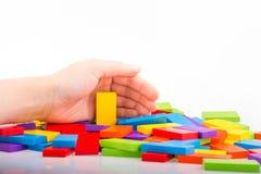Παιχνίδι χεριών με το χρωματισμένο ντόμινο Στοκ φωτογραφία με δικαίωμα ελεύθερης χρήσης