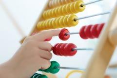 Παιχνίδι χεριών μικρών παιδιών ` s με την αντίθετη κινηματογράφηση σε πρώτο πλάνο παιχνιδιών Στοκ εικόνες με δικαίωμα ελεύθερης χρήσης