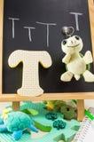 Παιχνίδι χελωνών πάνω από το γράμμα Τ Στοκ φωτογραφία με δικαίωμα ελεύθερης χρήσης