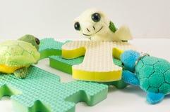 Παιχνίδι χελωνών πάνω από το γράμμα Τ Στοκ Εικόνες