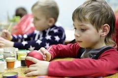 Παιχνίδι Χριστουγέννων ζωγραφικής παιδιών στοκ εικόνα με δικαίωμα ελεύθερης χρήσης
