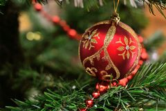 Παιχνίδι Χριστουγέννων σε έναν κλάδο Στοκ εικόνα με δικαίωμα ελεύθερης χρήσης