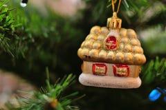 Παιχνίδι Χριστουγέννων σε έναν κλάδο Στοκ Εικόνες