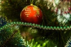 Παιχνίδι Χριστουγέννων στο χριστουγεννιάτικο δέντρο Στοκ Φωτογραφίες