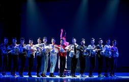 Παιχνίδι όχι το συνήθη ρόλος-μπλε και το λευκό κάποιου ο porcelainr-εθνικός λαϊκός χορός Στοκ εικόνα με δικαίωμα ελεύθερης χρήσης