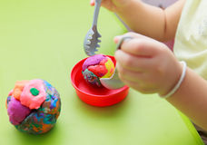 Παιχνίδι Doh χεριών Childs Στοκ φωτογραφία με δικαίωμα ελεύθερης χρήσης