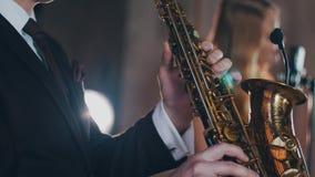 Παιχνίδι Saxophonist στα χρυσά επίκεντρα saxophonist Ελκυστικός αοιδός Jazz φιλμ μικρού μήκους