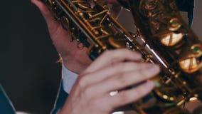 Παιχνίδι Saxophonist στο χρυσό saxophone Ζήστε απόδοση Επίκεντρα καλλιτεχνών της Jazz φιλμ μικρού μήκους
