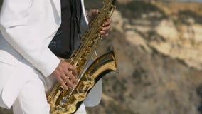 Παιχνίδι Saxophonist στο χρυσό saxophone απόθεμα βίντεο