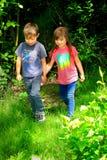Παιδάκια που κρατούν τα χέρια στοκ εικόνες