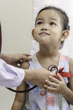 Παιδίατρος και ένα παιδί στοκ φωτογραφίες με δικαίωμα ελεύθερης χρήσης