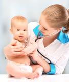 Παιδίατρος μωρών και γιατρών. ο γιατρός ακούει την καρδιά με το s Στοκ Φωτογραφίες