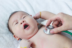Παιδίατρος που εξετάζει το νήπιο Δύο μήνες ασιατικό να βρεθεί κοριτσιών μωρών Στοκ Εικόνες