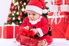 Παιδί Άγιος Βασίλης μωρών με το δώρο Στοκ Φωτογραφία