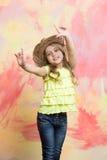 Παιδί ή λίγο ευτυχές χαμογελώντας κορίτσι στο καπέλο κάουμποϋ Στοκ φωτογραφία με δικαίωμα ελεύθερης χρήσης