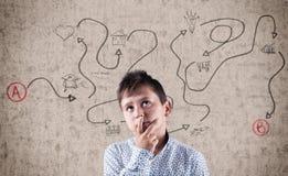 Παιδί δίπλα στον τοίχο Στοκ φωτογραφία με δικαίωμα ελεύθερης χρήσης